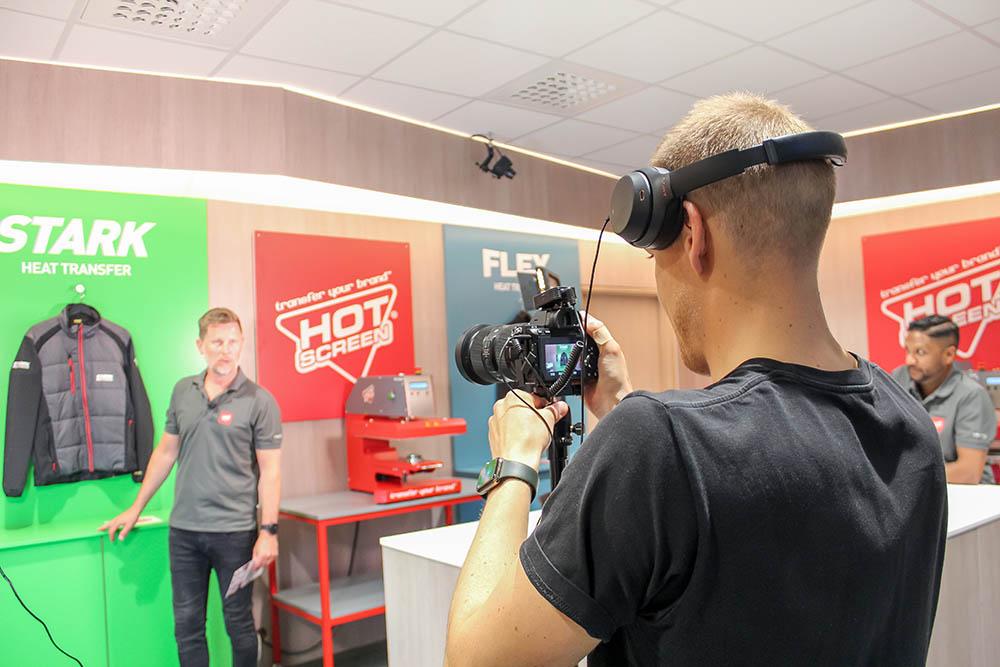 Hot Screens försäljningschef visar de olika produkterna i det nybyggda showroomet under inspelning